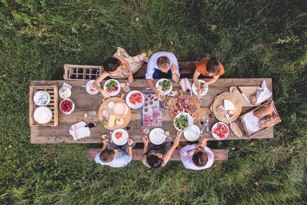 Hôtel Le Barn repas en plein air